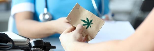Ärztin schreibt rezept für medizinisches marihuana