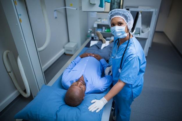 Ärztin stehend mit patient im krankenhaus