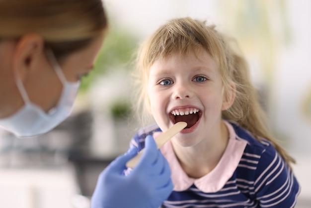 Ärztin untersucht kind