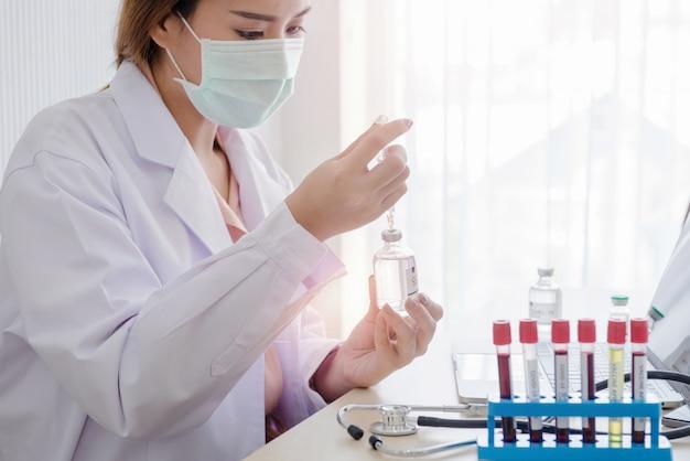 Ärztinnen, die mit medizin arbeiten