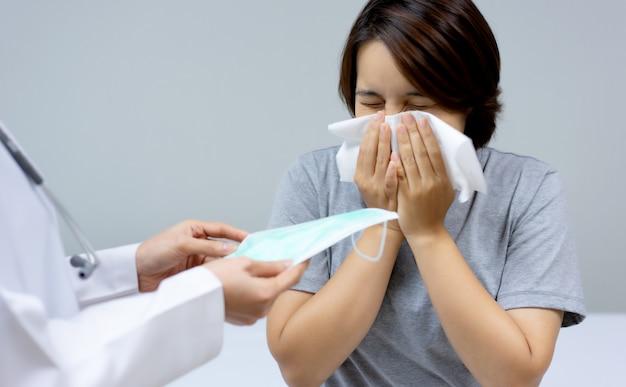 Ärztinnen haben eine gesundheitsmaske zur hand