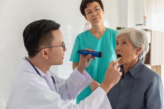 Ärztliche untersuchung bei älteren patienten