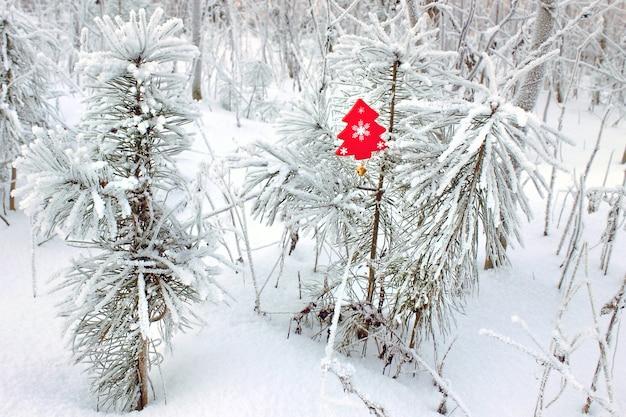 Äste im frost im wald mit einem holzspielzeug