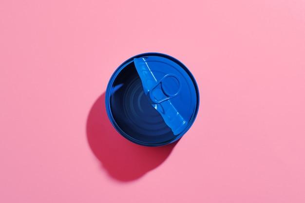 Ästhetisches konzept mit blau lackierter blechdose auf rosa oberfläche Premium Fotos
