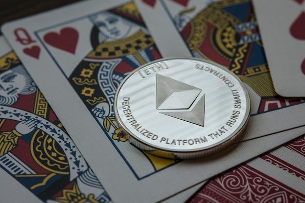 Äther. kryptowährung ethereum. ethereum-münze auf tauschkarten.