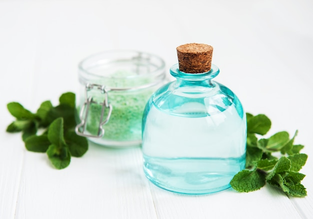 Ätherisches aromaöl mit massagesalz und minze