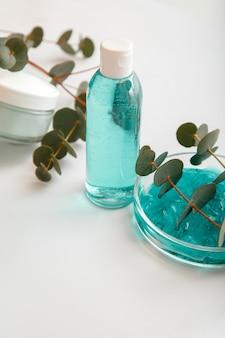 Ätherisches eukalyptusöl oder gesichtspflanzenlotion in der flasche. natürliche kosmetikprodukte für die hautpflege und aromatherapie mit eukalyptuskräutern. eukalyptus medikamente körperbehandlung.