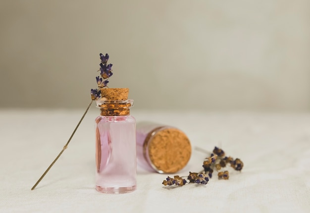 Ätherisches lavendelöl mit getrocknetem lavendelbouquet