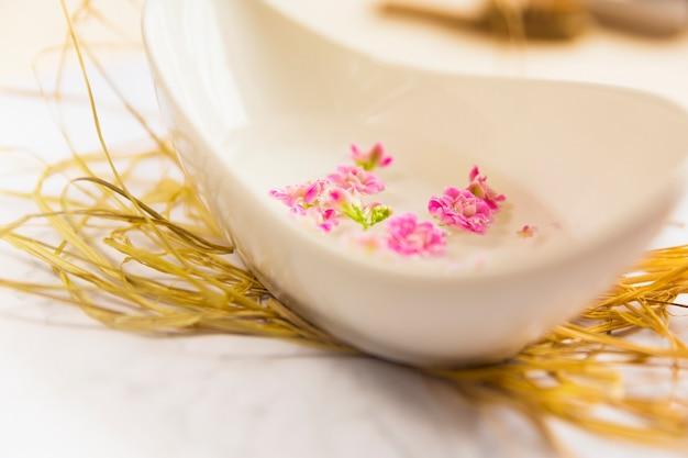 Ätherisches öl für aromatherapie in der schüssel