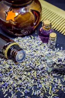 Ätherisches öl von lavendel. selektiver fokus natur bio-blumen.