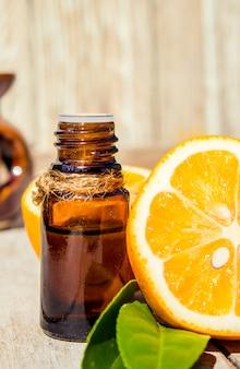 Ätherisches zitronenöl in einer kleinen flasche. selektiver fokus
