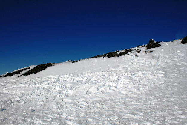 Ätna, vulkan von sizilien mit schnee bedeckt