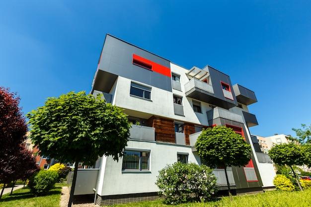 Äußeres von modernen wohngebäuden auf einem blauen himmel