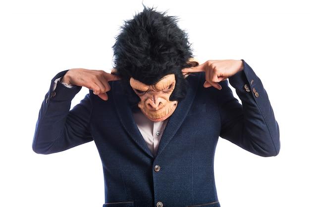 Affe mann, der seine ohren bedeckt