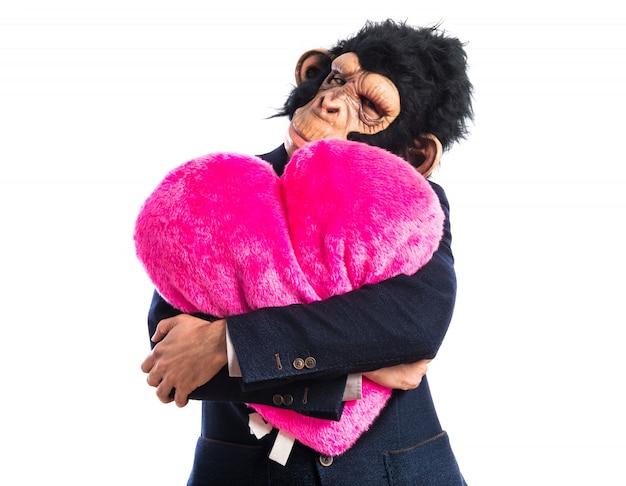 Affe mann hält ein großes herz