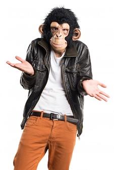 Affe mann macht unwichtige geste