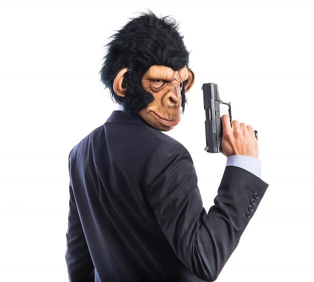 Affe mann mit einer pistole