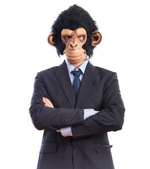 Affe mann mit seinen armen gekreuzt
