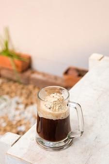 Affogato-kaffee mit eis auf einer glasschale