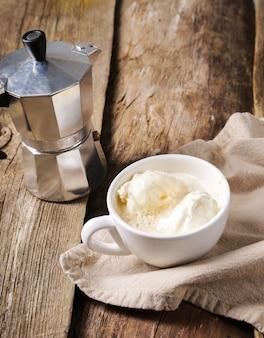 Affogato-kaffee mit eis auf einer tasse