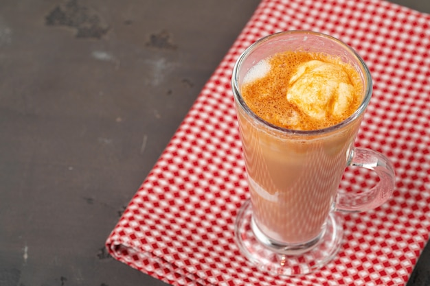 Affogato-kaffee mit eis im glas