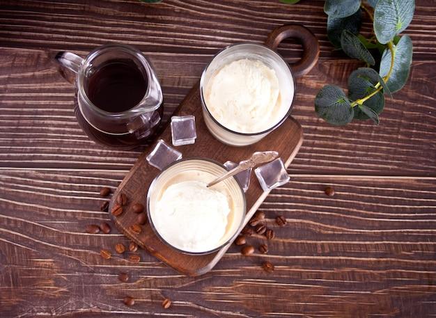 Affogato-kaffee mit eis in gläsern