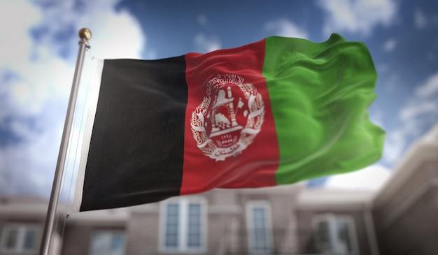 Afghanistan-flagge 3d-rendering auf blauem himmel gebäude hintergrund