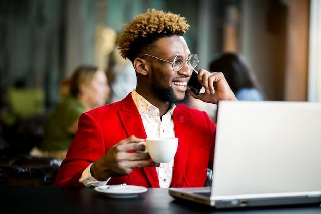 African american mann in einem café