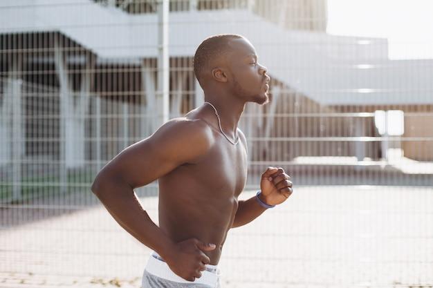 African american mann läuft entlang der straße