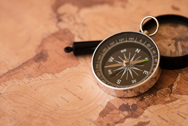 Afrika- und südamerika-karte mit einem kompass