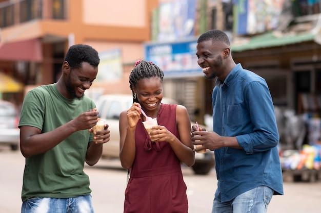 Afrikaner, die ein kaltes getränk essen