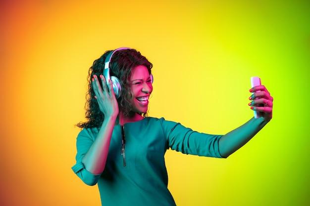 Afrikanerin auf neon, schön