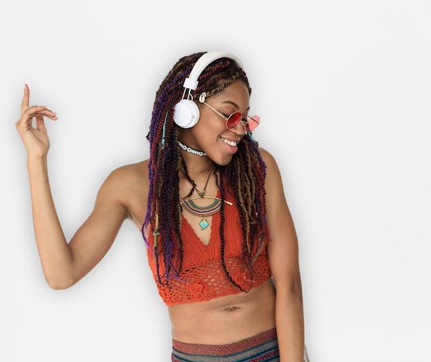 Afrikanerin-lächelnde glück-kopfhörer-musik-unterhaltung