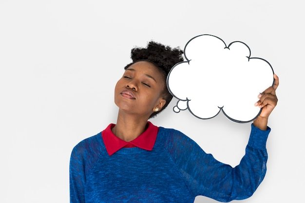 Afrikanerin mit der rede buble, die an etwas denkt
