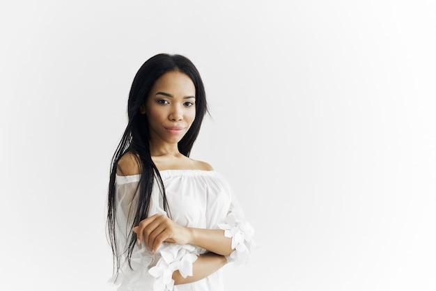 Afrikanisch aussehendes model luxuskosmetik posiert
