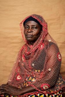 Afrikanische ältere frau mit traditioneller kleidung