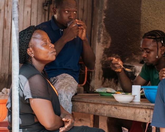 Afrikanische familie, die am tisch sitzt