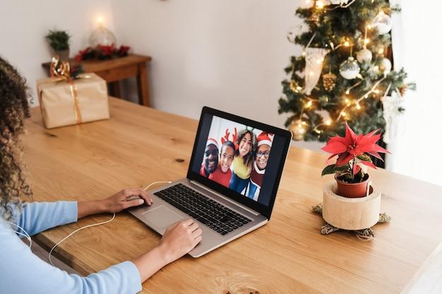 Afrikanische familie macht videoanruf während der weihnachtszeit - fokus auf der rechten hand