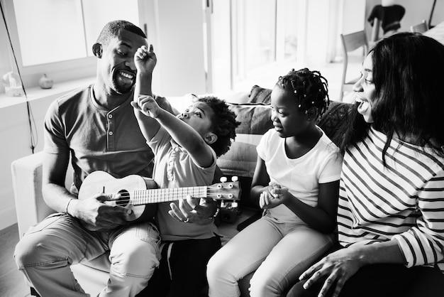 Afrikanische familie verbringt zeit zusammen