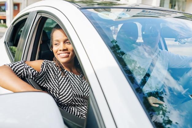 Afrikanische frau, die mit dem auto reist
