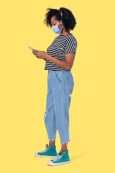 Afrikanische frau, die während der neuen normalität auf ihrem handy sms schreibt