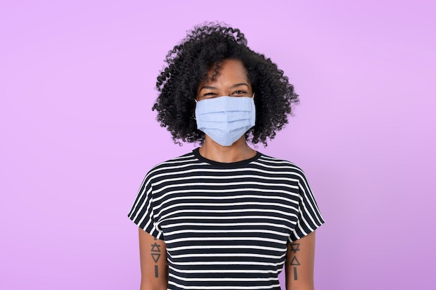 Afrikanische frau mit gesichtsmaske in der neuen normalität