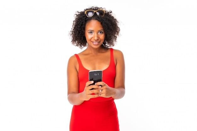 Afrikanische frau mit telefon, bild lokalisiert auf weißer wand