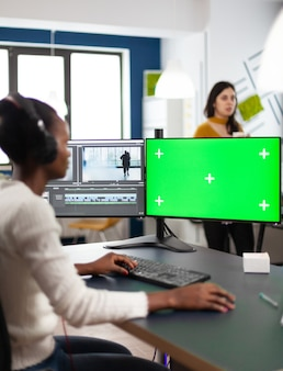 Afrikanische frau multimedia-content-ersteller mit kopfhörern, die filmmontage verarbeiten