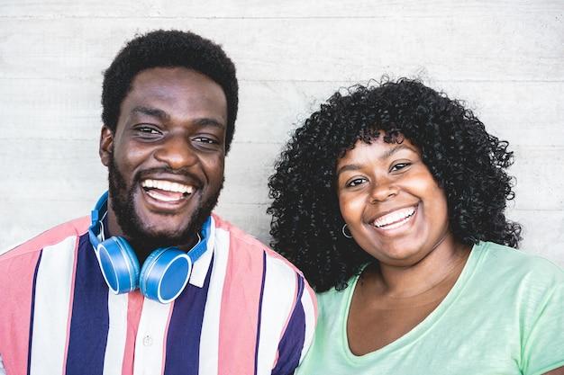 Afrikanische freunde, die vor der kamera lächeln und zusammen lachen