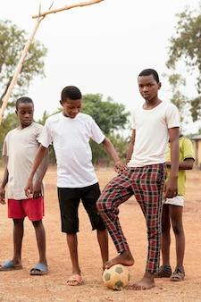 Afrikanische jungen mit fußball