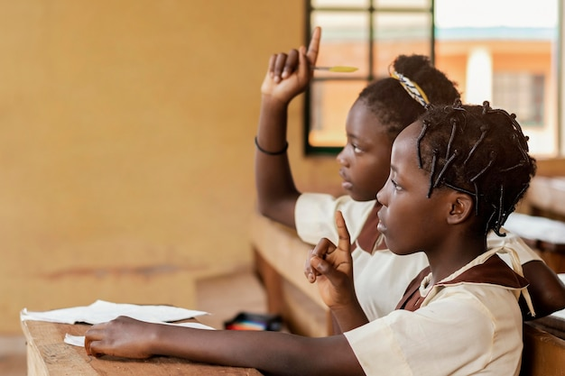 Afrikanische kinder, die auf klasse achten