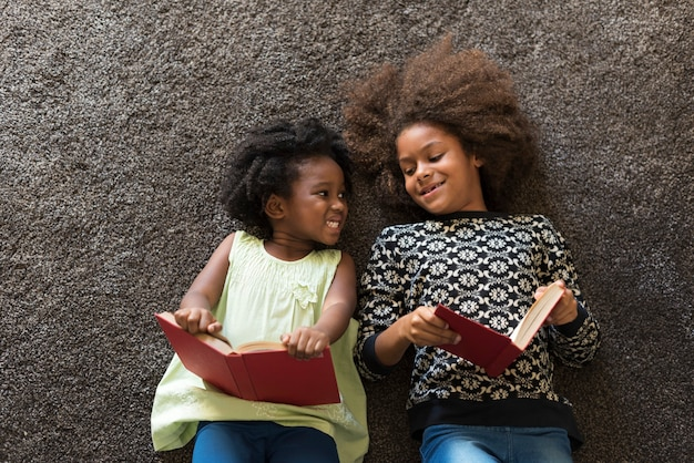 Afrikanische kinder, die bücher lesen
