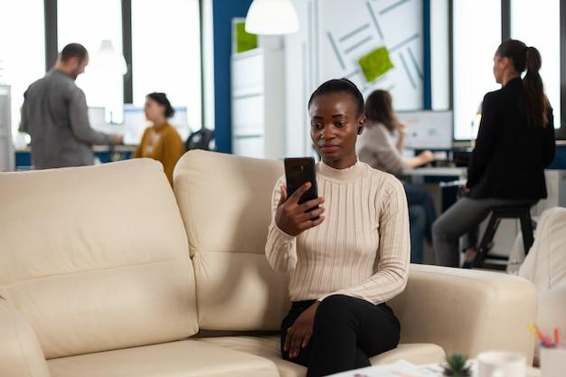 Afrikanische managerfrau, die mit entfernten kollegen über videoanruf diskutiert