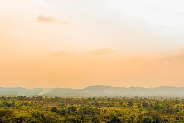 Afrikanische naturlandschaft mit sonnenuntergangshimmel